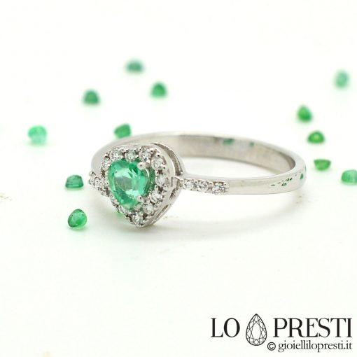 anello con smeraldo taglio cuore con diamanti brillanti